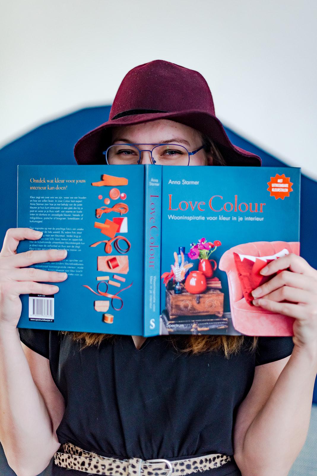 Kim met boek Love Colour